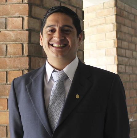 Sr. Carlos Bernales C.